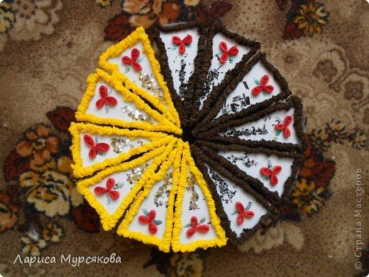 """Доброе время суток, жители любимой страны! Вот я с очередным творением. Сестру младшую на День рождения  захотелось удивить, и """"приготовила"""" тортик, для начинки использовав приятные мелочи. Сестра осталась довольна. Подобный тортик увидела давно, только все повода не было для воплощения. http://moerukodelie.blogspot.ru/2012/03/blog-post_26.html     http://www.artfrank.ru/recipes/323-отсюда скачала шаблон для распечатки кусочков. фото 14"""