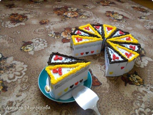 """Доброе время суток, жители любимой страны! Вот я с очередным творением. Сестру младшую на День рождения  захотелось удивить, и """"приготовила"""" тортик, для начинки использовав приятные мелочи. Сестра осталась довольна. Подобный тортик увидела давно, только все повода не было для воплощения. http://moerukodelie.blogspot.ru/2012/03/blog-post_26.html     http://www.artfrank.ru/recipes/323-отсюда скачала шаблон для распечатки кусочков. фото 15"""
