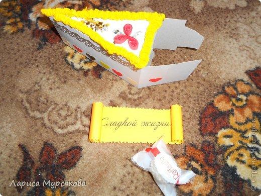 """Доброе время суток, жители любимой страны! Вот я с очередным творением. Сестру младшую на День рождения  захотелось удивить, и """"приготовила"""" тортик, для начинки использовав приятные мелочи. Сестра осталась довольна. Подобный тортик увидела давно, только все повода не было для воплощения. http://moerukodelie.blogspot.ru/2012/03/blog-post_26.html     http://www.artfrank.ru/recipes/323-отсюда скачала шаблон для распечатки кусочков. фото 2"""