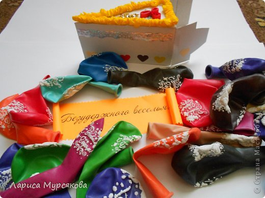 """Доброе время суток, жители любимой страны! Вот я с очередным творением. Сестру младшую на День рождения  захотелось удивить, и """"приготовила"""" тортик, для начинки использовав приятные мелочи. Сестра осталась довольна. Подобный тортик увидела давно, только все повода не было для воплощения. http://moerukodelie.blogspot.ru/2012/03/blog-post_26.html     http://www.artfrank.ru/recipes/323-отсюда скачала шаблон для распечатки кусочков. фото 12"""