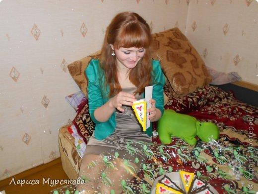 """Доброе время суток, жители любимой страны! Вот я с очередным творением. Сестру младшую на День рождения  захотелось удивить, и """"приготовила"""" тортик, для начинки использовав приятные мелочи. Сестра осталась довольна. Подобный тортик увидела давно, только все повода не было для воплощения. http://moerukodelie.blogspot.ru/2012/03/blog-post_26.html     http://www.artfrank.ru/recipes/323-отсюда скачала шаблон для распечатки кусочков. фото 18"""