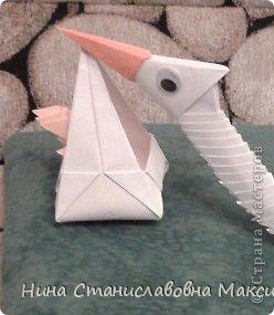 Аист и младенец собраны из треугольных модулей (смотри МК Татьяны Просняковой https://stranamasterov.ru/technic/origami_module). Для туловища, хвоста, крыльев, головы и клюва использовались модули, сложенные  из 1/4 листа А4: белых - 93 шт., черных - 46 шт.,оранжевых - 1 шт.. Возьмите лист сложите по вертикали - разверните, потом по горизонтали - разверните. Линии сгиба разделят лист на равные 4 части. Разрежьте и складывайте модули. фото 34