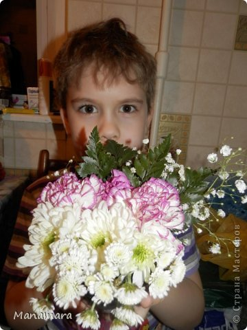 И снова здравствуйте! :) Хочу поделиться с Вами МК увлекающим не только для взрослых, но и для деток. Моему сокровищу 6 лет, но любит ВСЕ :). К 23 февраля мы делали букетики. Цветочки покупали в обычном ларьке цветочном, правда покупали те, которые поломанные и не кондишион.... И вот что получилось :). Нам нужны: цветы флористическая губка емкость (ваза, чаша и т.п.) и водчика фото 1