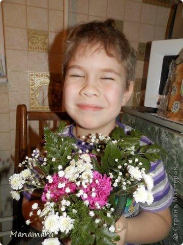 И снова здравствуйте! :) Хочу поделиться с Вами МК увлекающим не только для взрослых, но и для деток. Моему сокровищу 6 лет, но любит ВСЕ :). К 23 февраля мы делали букетики. Цветочки покупали в обычном ларьке цветочном, правда покупали те, которые поломанные и не кондишион.... И вот что получилось :). Нам нужны: цветы флористическая губка емкость (ваза, чаша и т.п.) и водчика фото 14