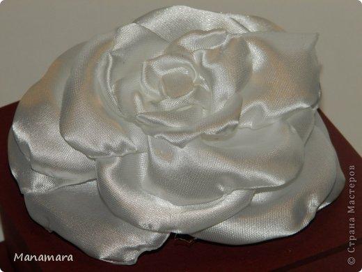 Открыла я для себя еще один вид творчества :). Это цветы из ткани....очень нравятся розы...аж млею. Просто так цветики девать не куда, и решила делать заколочки :). Вот какие они вышли... Не кидайтесь тапками, я только учусь :) фото 2