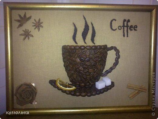 Основа - рамка для фото, обтянутая тканью крашеной кофе. Чашка - горлышко пластиковой бутылки. Цветок - ткань крашеная кофе с корицей, и сложенной по типу розы из бумаги.
