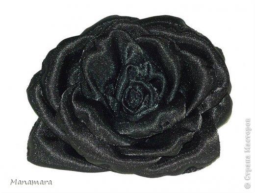 Открыла я для себя еще один вид творчества :). Это цветы из ткани....очень нравятся розы...аж млею. Просто так цветики девать не куда, и решила делать заколочки :). Вот какие они вышли... Не кидайтесь тапками, я только учусь :) фото 3