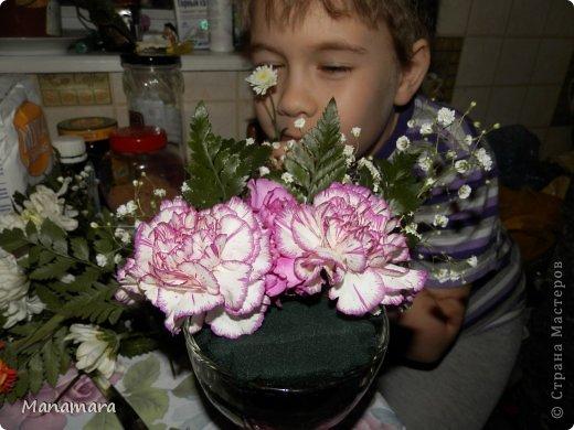 И снова здравствуйте! :) Хочу поделиться с Вами МК увлекающим не только для взрослых, но и для деток. Моему сокровищу 6 лет, но любит ВСЕ :). К 23 февраля мы делали букетики. Цветочки покупали в обычном ларьке цветочном, правда покупали те, которые поломанные и не кондишион.... И вот что получилось :). Нам нужны: цветы флористическая губка емкость (ваза, чаша и т.п.) и водчика фото 10