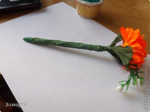 Очень легко и просто можно из обычной ручки сделать оригинальную.  Вам понадобится искусственный цветок, клей, тесьма и минут 15-20 времени.  фото 1