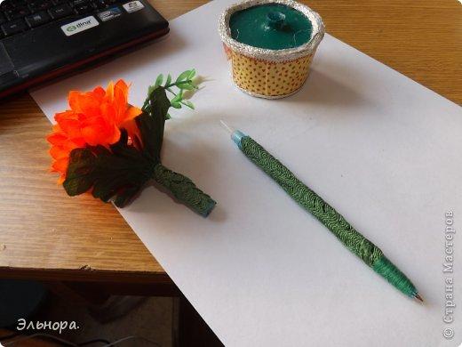 Очень легко и просто можно из обычной ручки сделать оригинальную.  Вам понадобится искусственный цветок, клей, тесьма и минут 15-20 времени.  фото 2