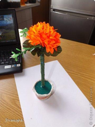 Очень легко и просто можно из обычной ручки сделать оригинальную.  Вам понадобится искусственный цветок, клей, тесьма и минут 15-20 времени.  фото 3