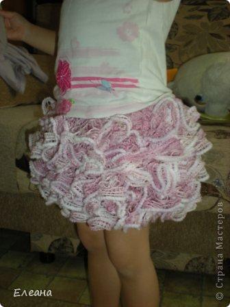 Здравствуйте! Путешествуя по Стране Мастеров, увидела подобную юбочку из ленточной пряжи - влюбилась и принялась за работу! Результат - обновка для дочки готова, все в восторге! Крючком вяжу неважнецки, но ради подобной вещички постаралась! фото 1