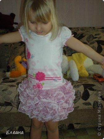Здравствуйте! Путешествуя по Стране Мастеров, увидела подобную юбочку из ленточной пряжи - влюбилась и принялась за работу! Результат - обновка для дочки готова, все в восторге! Крючком вяжу неважнецки, но ради подобной вещички постаралась! фото 3