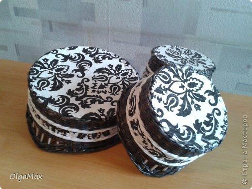 Добрый день, дорогие мастера! Подруга попросила сплести набор для кухни в черно-белых тонах. Вот что получилось. Газетные трубочки красила колер+вода+лак, немного видны буковки. Белые трубочки - белая потребительская бумага. фото 4