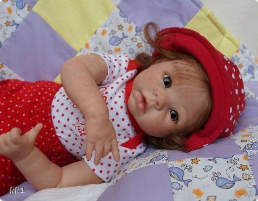 Куколка реборн Красная шапочка. Сделана мной 3месяца назад. Роспись нежнее, чем у малышей, так как девочка более взрослая. И опять веснушки :) Волосы натуральные (куплены в специальном маагазине для реборнинга, проходят обработку) ярко-рыжие :)? прошиты по 1. Глазки стекло, вблизи очень красивые, фото мелковаты, трудно рассмотреть. фото 6