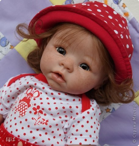 Куколка реборн Красная шапочка. Сделана мной 3месяца назад. Роспись нежнее, чем у малышей, так как девочка более взрослая. И опять веснушки :) Волосы натуральные (куплены в специальном маагазине для реборнинга, проходят обработку) ярко-рыжие :)? прошиты по 1. Глазки стекло, вблизи очень красивые, фото мелковаты, трудно рассмотреть. фото 2