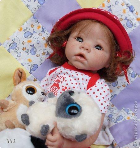 Куколка реборн Красная шапочка. Сделана мной 3месяца назад. Роспись нежнее, чем у малышей, так как девочка более взрослая. И опять веснушки :) Волосы натуральные (куплены в специальном маагазине для реборнинга, проходят обработку) ярко-рыжие :)? прошиты по 1. Глазки стекло, вблизи очень красивые, фото мелковаты, трудно рассмотреть. фото 14