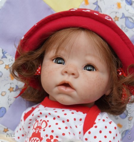 Куколка реборн Красная шапочка. Сделана мной 3месяца назад. Роспись нежнее, чем у малышей, так как девочка более взрослая. И опять веснушки :) Волосы натуральные (куплены в специальном маагазине для реборнинга, проходят обработку) ярко-рыжие :)? прошиты по 1. Глазки стекло, вблизи очень красивые, фото мелковаты, трудно рассмотреть. фото 15