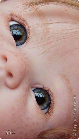 Куколка реборн Красная шапочка. Сделана мной 3месяца назад. Роспись нежнее, чем у малышей, так как девочка более взрослая. И опять веснушки :) Волосы натуральные (куплены в специальном маагазине для реборнинга, проходят обработку) ярко-рыжие :)? прошиты по 1. Глазки стекло, вблизи очень красивые, фото мелковаты, трудно рассмотреть. фото 17