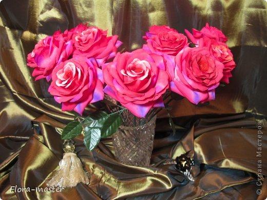 Попросили меня сделать букет роз в качестве интерьерной композиции. Это мой первый опыт в этой области, так что не судите строго. Фото не передает в точности настоящий цвет этих роз. фото 1