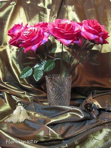 Попросили меня сделать букет роз в качестве интерьерной композиции. Это мой первый опыт в этой области, так что не судите строго. Фото не передает в точности настоящий цвет этих роз. фото 2
