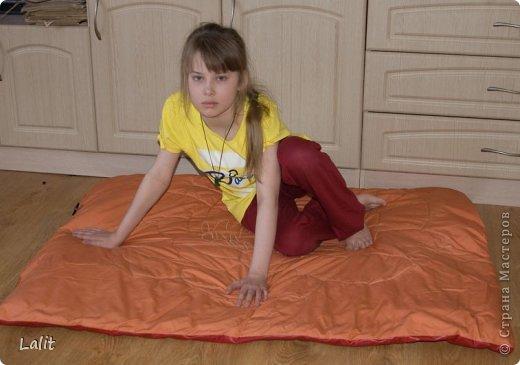 Вот такую подушку-циновку-коврик захотелось мне сшить в новое помещение нашего ансамбля. Объясняю по порядку. Я занимаюсь индийскими танцами и долгое время наш ансамбль мотался из помещения в помещение по всему городу. И вот наконец-то у нас свое помещение! Целиком и полностью свое! Ура-ура! фото 1