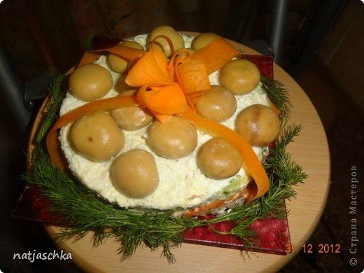 Новогодний венок (режется кур.грудка кубиком,кукуруза,сухарики,ананас кубиком,сыр на терке,зеленый лук,заправляется майонезом) украшение по желанию. фото 3