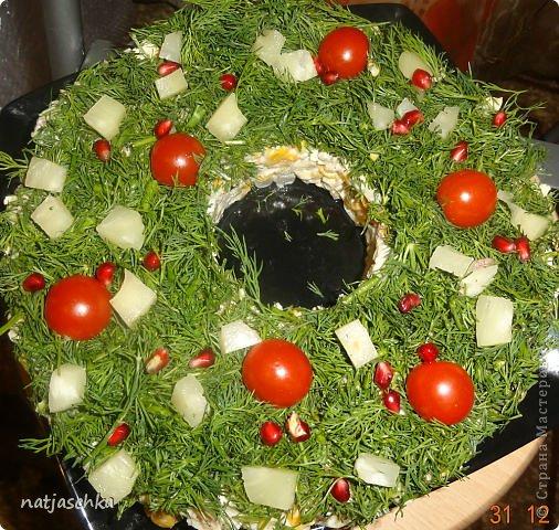 Новогодний венок (режется кур.грудка кубиком,кукуруза,сухарики,ананас кубиком,сыр на терке,зеленый лук,заправляется майонезом) украшение по желанию. фото 1