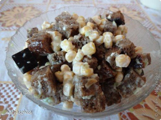 Новогодний венок (режется кур.грудка кубиком,кукуруза,сухарики,ананас кубиком,сыр на терке,зеленый лук,заправляется майонезом) украшение по желанию. фото 8