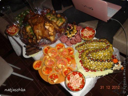 Новогодний венок (режется кур.грудка кубиком,кукуруза,сухарики,ананас кубиком,сыр на терке,зеленый лук,заправляется майонезом) украшение по желанию. фото 13