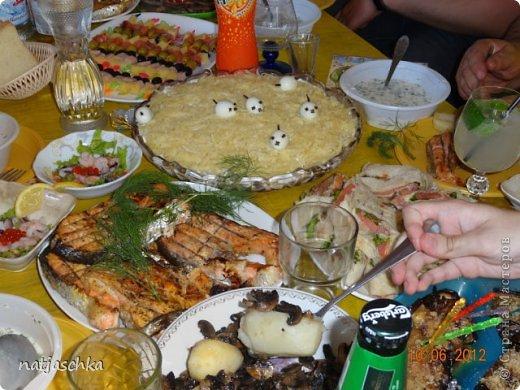 Новогодний венок (режется кур.грудка кубиком,кукуруза,сухарики,ананас кубиком,сыр на терке,зеленый лук,заправляется майонезом) украшение по желанию. фото 6