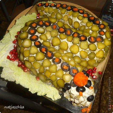 Новогодний венок (режется кур.грудка кубиком,кукуруза,сухарики,ананас кубиком,сыр на терке,зеленый лук,заправляется майонезом) украшение по желанию. фото 2