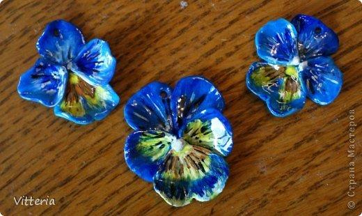 Красно-оранжевые орхидеи, слепленные из полимерной глины, расписанные акриловыми красками и покрытые лаком. Заготовки для сережек и кулона, надо только сережки прикрепить к швензам и можно использовать) Не очень большие, кулон приблизительно 2*2,5 см, сережки - 1,5*2см, очень легенькие) Самое то для летних прогулок) фото 5