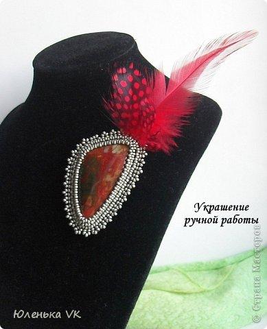 Камушек - огненная яшма, чешский бисер и перья цесарки и петуха. фото 1