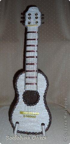 Вот такая гитара у меня получилась. Делала под заказ на день рождения молодому парню. Идею подсмотрела у Елены Тараник https://stranamasterov.ru/node/422037?c=favorite , но делала совершенно по другому. фото 1