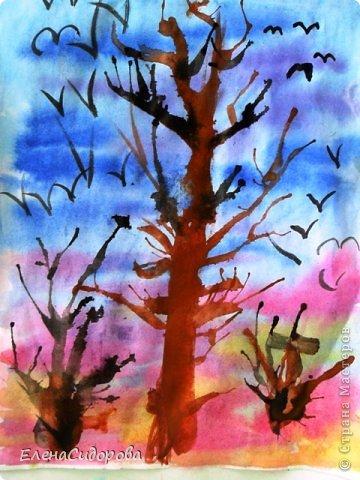 """С ребятами 2 класса рисовали весенний пейзаж. Фон неба - в технике """"по-сырому"""". Деревья и кустарники - в технике выдувания.   Сухогузова Кристина. фото 3"""