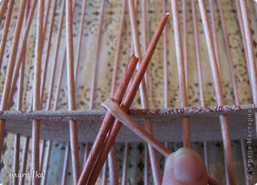 Мастер-класс Плетение Коса на дне коробочки Мастер-класс Бумага газетная Трубочки бумажные фото 5