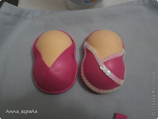 Нам понадобится   -фоамиран телесный и выбранные вами цвета для ботиночек.  - пенопластовые шарики (2) размером д. 4,5 см.  -ножницы  -пистолет с силиконом  -утюг  -канцелярский нож.   фото 20
