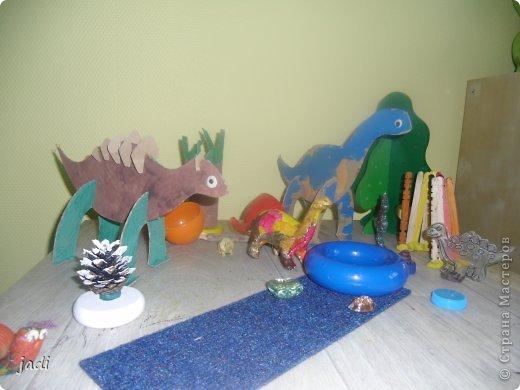 За вечер на столе появился доисторический мир! Любим мы делать поделки из картона! Левый динозавр - это творение старшего, справа - младшего. Я вырезала детали макетным ножом из плотного картона. фото 2