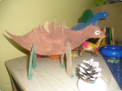 За вечер на столе появился доисторический мир! Любим мы делать поделки из картона! Левый динозавр - это творение старшего, справа - младшего. Я вырезала детали макетным ножом из плотного картона. фото 3