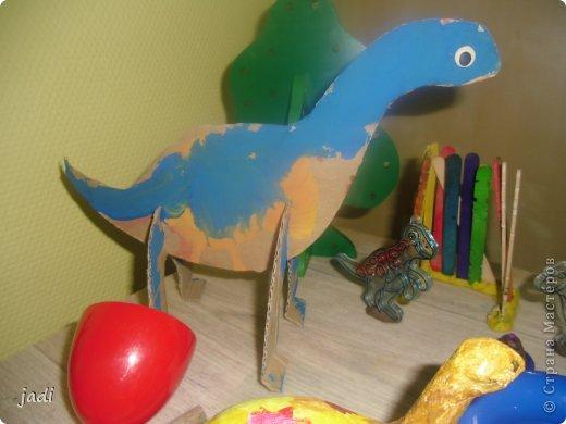 За вечер на столе появился доисторический мир! Любим мы делать поделки из картона! Левый динозавр - это творение старшего, справа - младшего. Я вырезала детали макетным ножом из плотного картона. фото 4