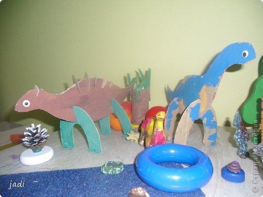 За вечер на столе появился доисторический мир! Любим мы делать поделки из картона! Левый динозавр - это творение старшего, справа - младшего. Я вырезала детали макетным ножом из плотного картона. фото 1