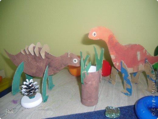 За вечер на столе появился доисторический мир! Любим мы делать поделки из картона! Левый динозавр - это творение старшего, справа - младшего. Я вырезала детали макетным ножом из плотного картона. фото 5
