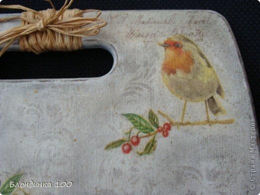 Для декупажа доски использовала, уже примелькавшуюся на сайте, но, на мой взгляд, интересную салфетку с птичками. Спасибо художнику! На этот раз решила обойтись без кракелюра. По фону пустила трафаретный рисунок, сделала тонировку пастелью, набрызг и потертости. фото 2