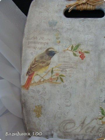 Для декупажа доски использовала, уже примелькавшуюся на сайте, но, на мой взгляд, интересную салфетку с птичками. Спасибо художнику! На этот раз решила обойтись без кракелюра. По фону пустила трафаретный рисунок, сделала тонировку пастелью, набрызг и потертости. фото 3