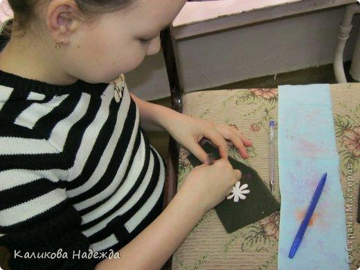 Учились делать объемные самодельные цветы, используя (за неимением дырокольных заготовок)шаблоны. Вот такие хризантемки делали из мокрой бумаги для акварели, предварительно окрасив ее в желаемый цвет. фото 7