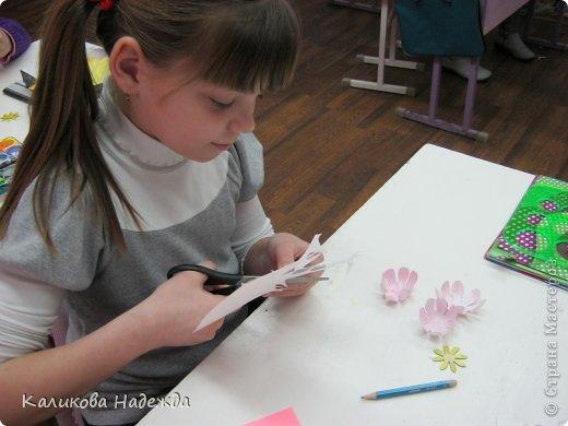 Учились делать объемные самодельные цветы, используя (за неимением дырокольных заготовок)шаблоны. Вот такие хризантемки делали из мокрой бумаги для акварели, предварительно окрасив ее в желаемый цвет. фото 8