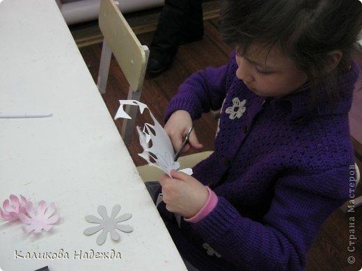 Учились делать объемные самодельные цветы, используя (за неимением дырокольных заготовок)шаблоны. Вот такие хризантемки делали из мокрой бумаги для акварели, предварительно окрасив ее в желаемый цвет. фото 11