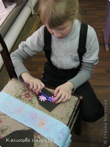 Учились делать объемные самодельные цветы, используя (за неимением дырокольных заготовок)шаблоны. Вот такие хризантемки делали из мокрой бумаги для акварели, предварительно окрасив ее в желаемый цвет. фото 12
