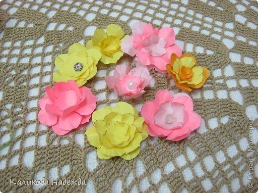Учились делать объемные самодельные цветы, используя (за неимением дырокольных заготовок)шаблоны. Вот такие хризантемки делали из мокрой бумаги для акварели, предварительно окрасив ее в желаемый цвет. фото 2